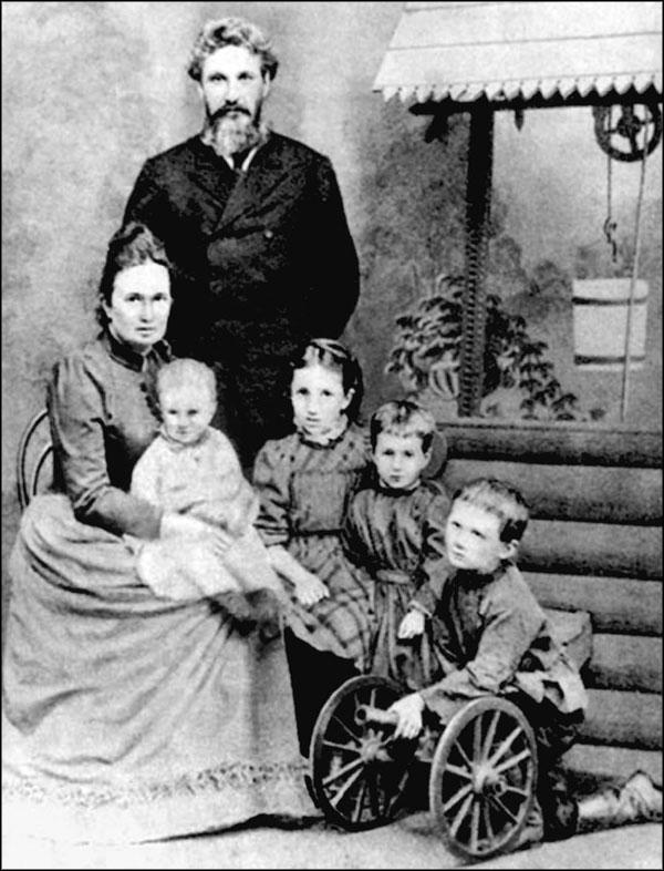 Семья Горенко: Инна Эразмовна Горенко, Андрей Антонович Горенко, Рика (на руках), Инна, Анна, Андрей. Около 1894 г.
