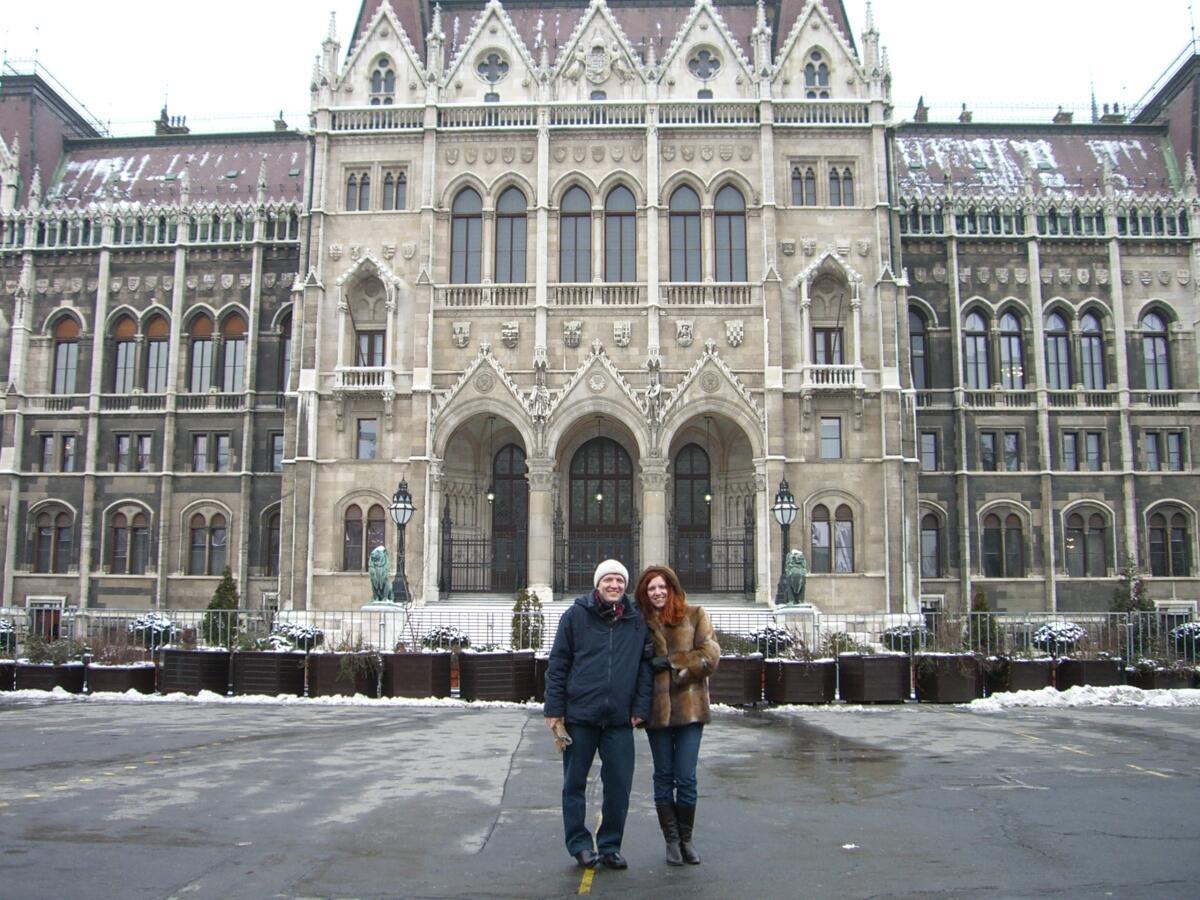 На фоне здания парламента в Будапеште