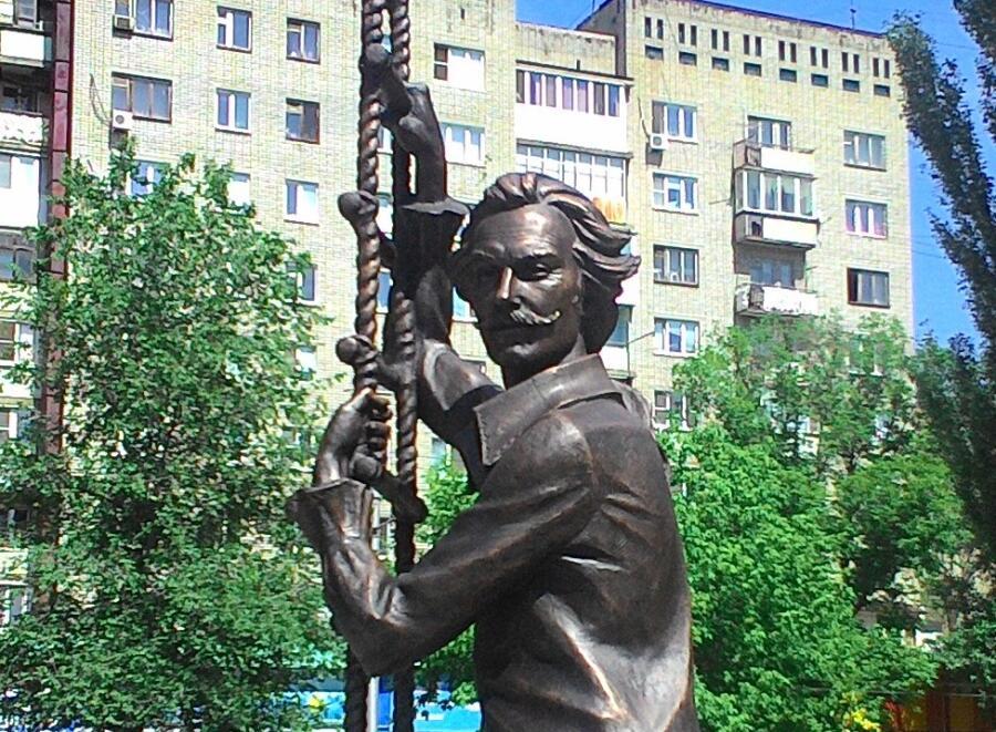 Памятник Олегу Янковскому в образе Мюнхгаузена, скульптор Андрей Щербаков, город Саратов
