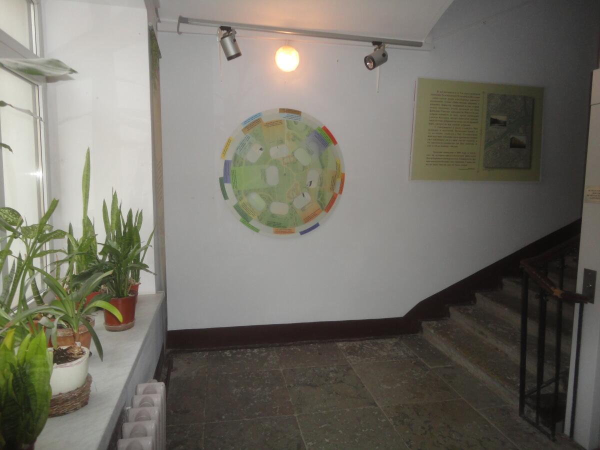 Но ничего, уже сам подъезд - часть экспозиции музея