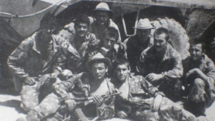 Лежат: справа Александр Чернышов, слева переводчик с узбекского Фаршид