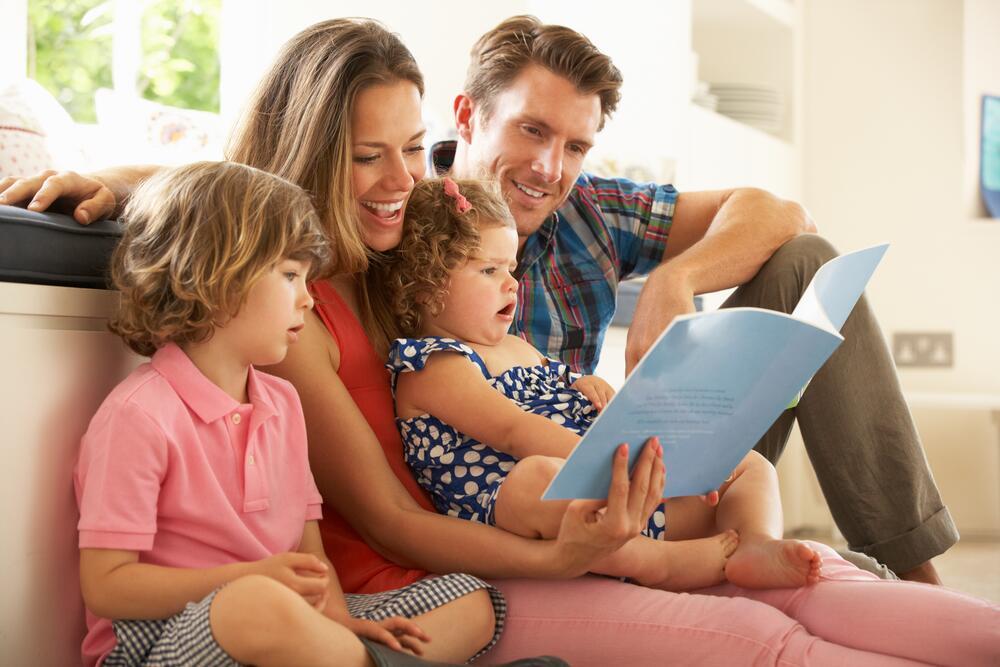 Картинка дети с родителями читают