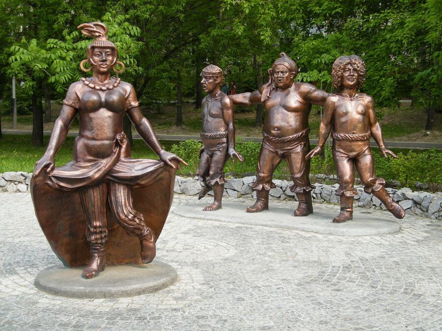 Бронзовая скульптура разбойников и Атаманши в Хабаровске.