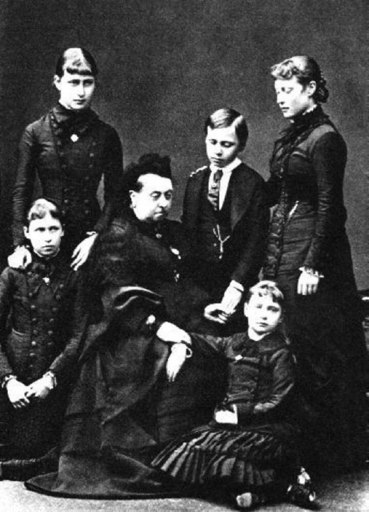 Пять дочерей королевы Виктории в трауре по принцу Альберту. Март 1862 года. Фото.