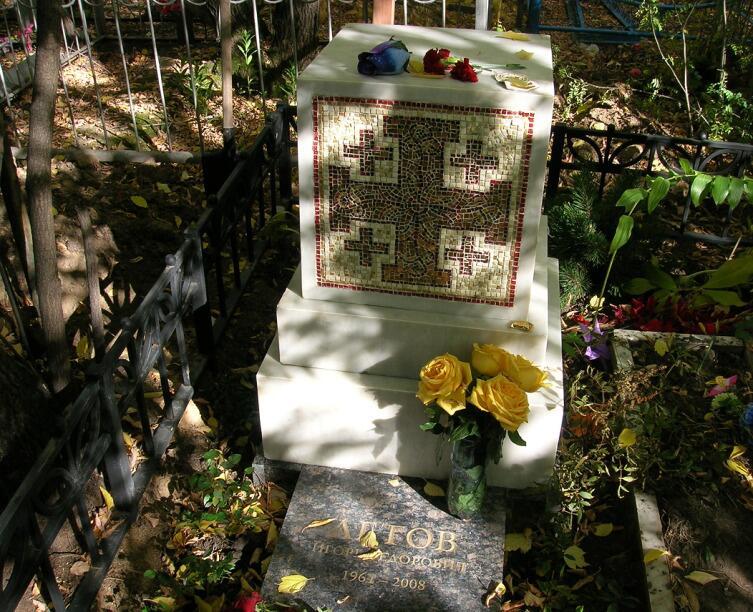 Памятник на могиле Егора Летова, сентябрь 2010 г.