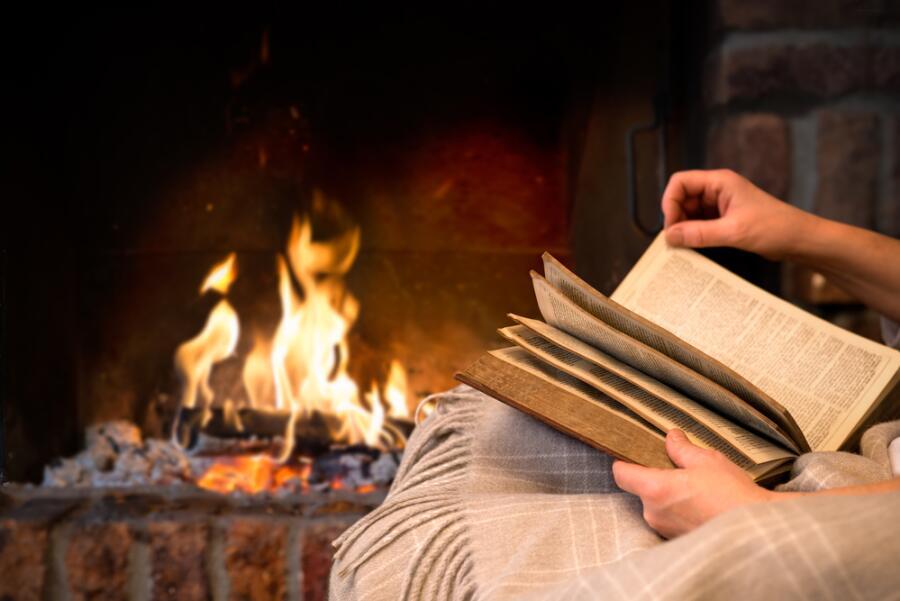 Какие «летние» книги можно почитать зимними вечерами?