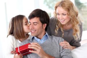 Мужчины уже привыкли получать на 23 февраля бритвенные приборы, лосьоны для бритья, разнообразный парфюм