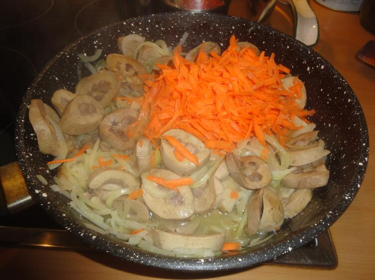 За луком отправляем тертую морковь...