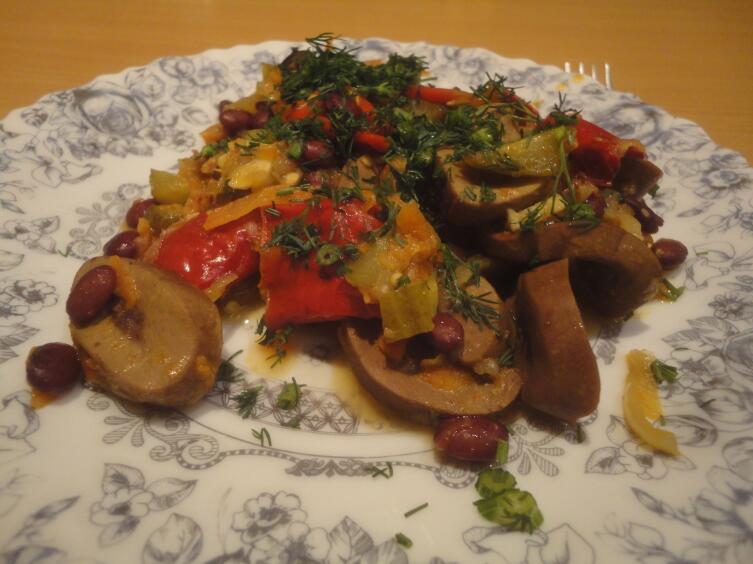 Свиные почки, тушеные в луково-томатном соусе с солеными грибами: одно из традиционных блюд советского общепита. Вкусно и бюджетно
