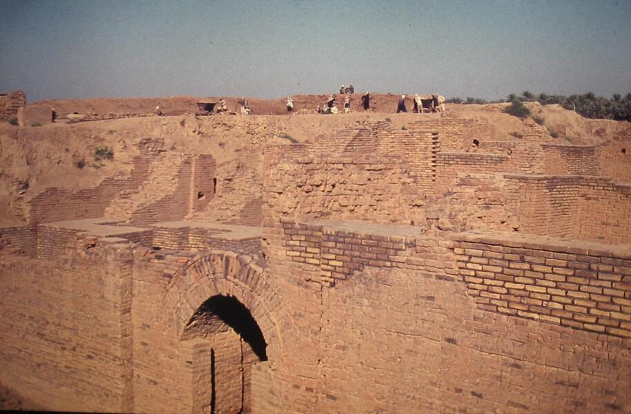 Руины Вавилона расположены у окраины современного города Эль-Хилла, Ирак