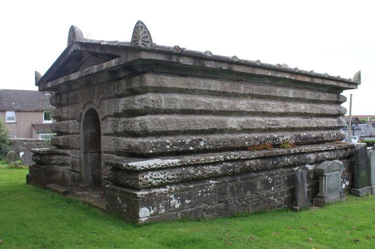 Гробница Томаса Грэма на погосте церкви в Метвене