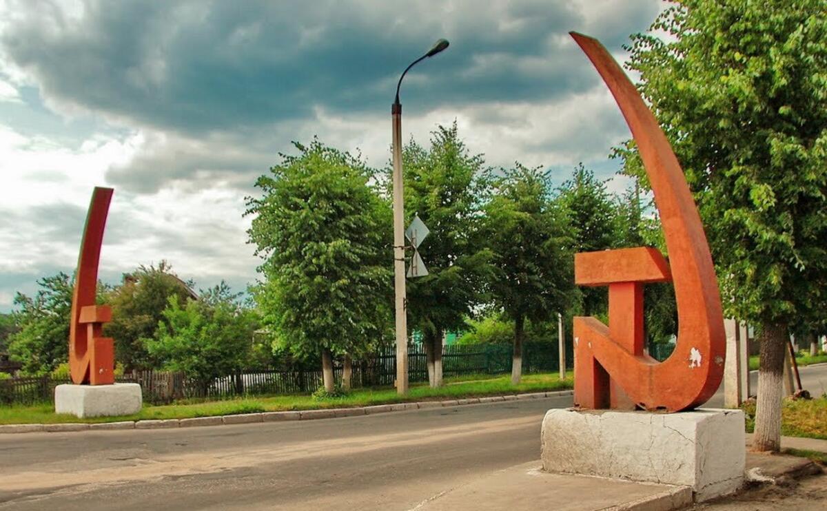 Сверху молот, снизу серп - это наш советский герб
