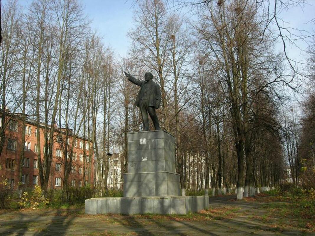 В городе несколько памятников Ленину...