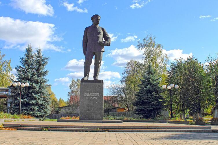 ...и памятник Г.Орджоникидзе у заводоуправления
