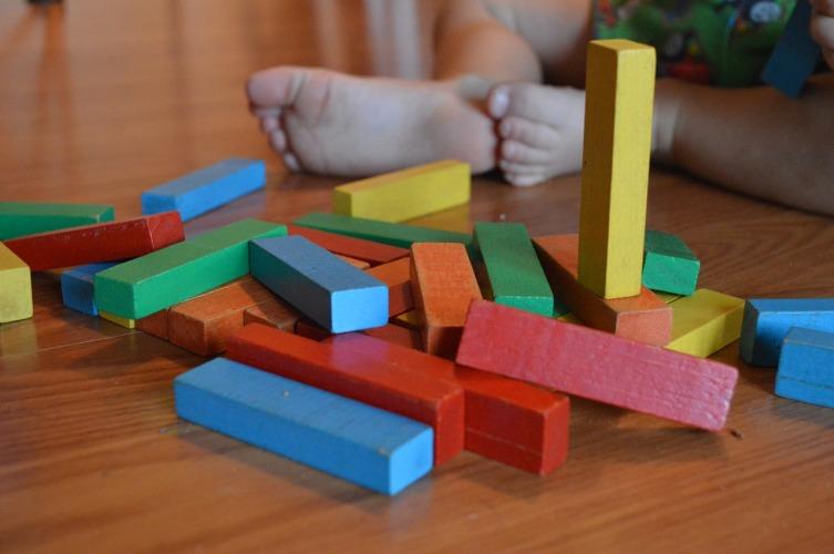 Простые игрушки учат ребенка фантазировать