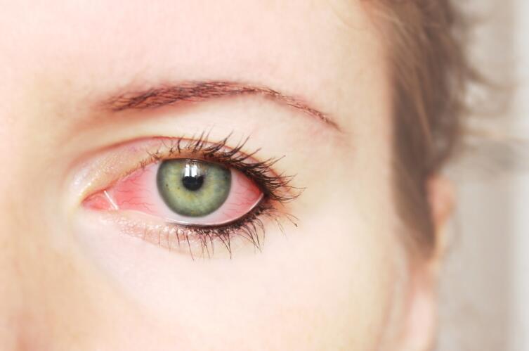 Как может навредить глазам косметика?