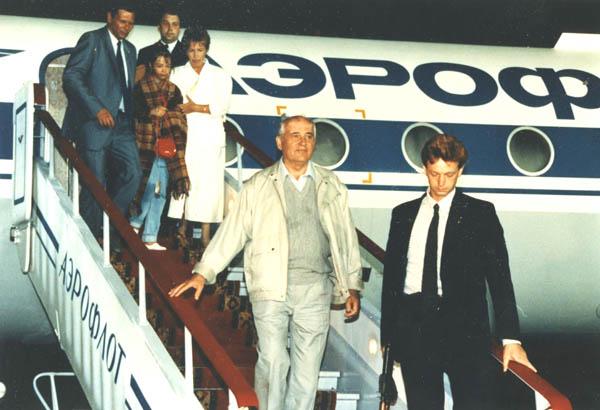 М.С.Горбачев с семьей возвращается из Фороса. 22 августа 1991г