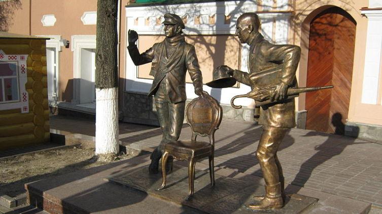 Чебоксары. Памятник героям романа «12 стульев»