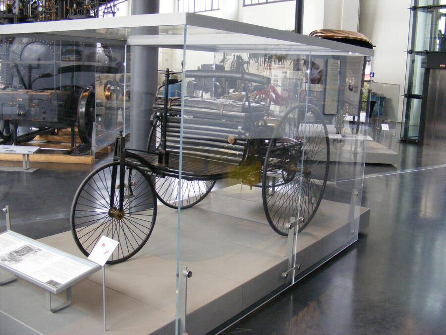 Самый первый автомобиль Бенца, в немецком музее, заключённый в стеклянный саркофаг