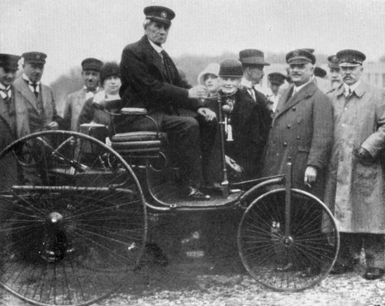 Карл Бенц в качестве водителя и его жена Берта среди общественности, 1914 г.