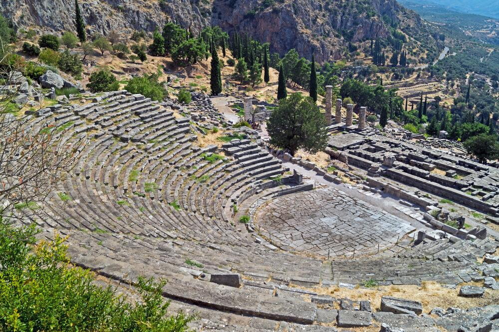 Театр и руины храма Аполлона в Дельфах на горе Парнас, где обитают музы, покровительствующие деятелям искусств, особенно поэтам