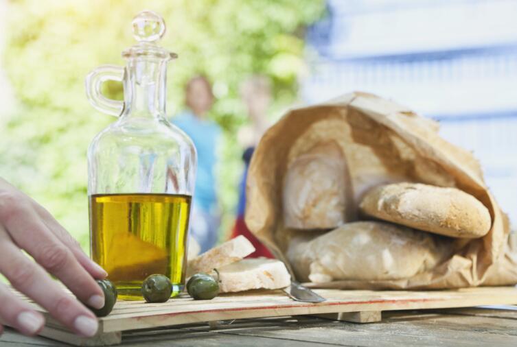 Хлеб и оливки - постная еда греков