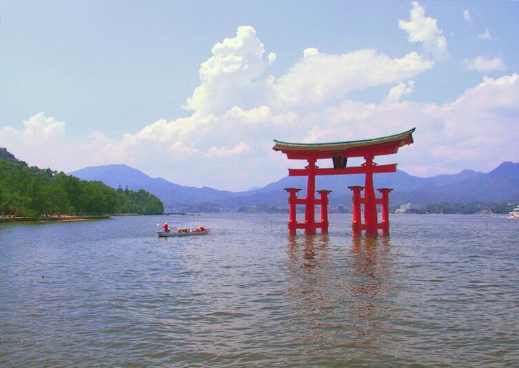 Плывущие над водой ритуальные врата Ицукусимского святилища