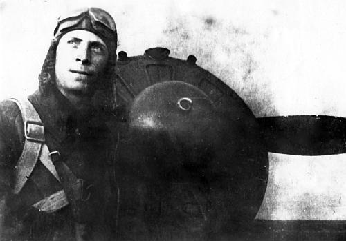 Капитан А.В. Шубиков из 32-го иап ВВС ЧФ у своего И-16