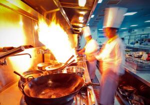 Китайцы не любят есть в одиночестве. Как правило, за большим круглым столом сидят человек десять-пятнадцать китайцев, которые все два часа обеденного перерыва едят одно блюдо за другим, обсуждая при этом дела насущные.