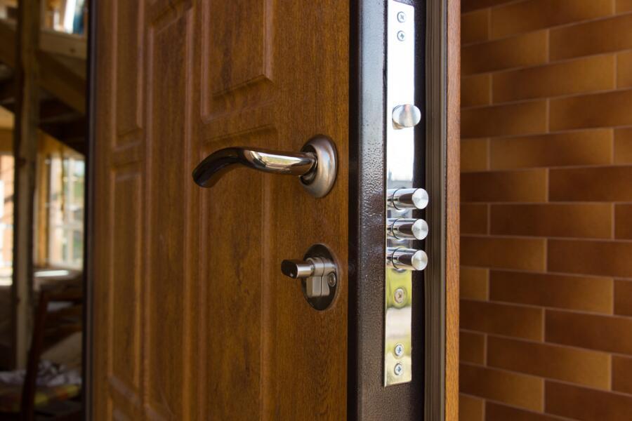 Как надёжно защитить дом? Установить металлические двери!