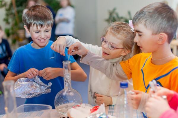 Как прошел праздник весны в Детской деревне - SOS Лаврово? Мастер-класс и увлекательные шоу от брендов Pantene и Safeguard