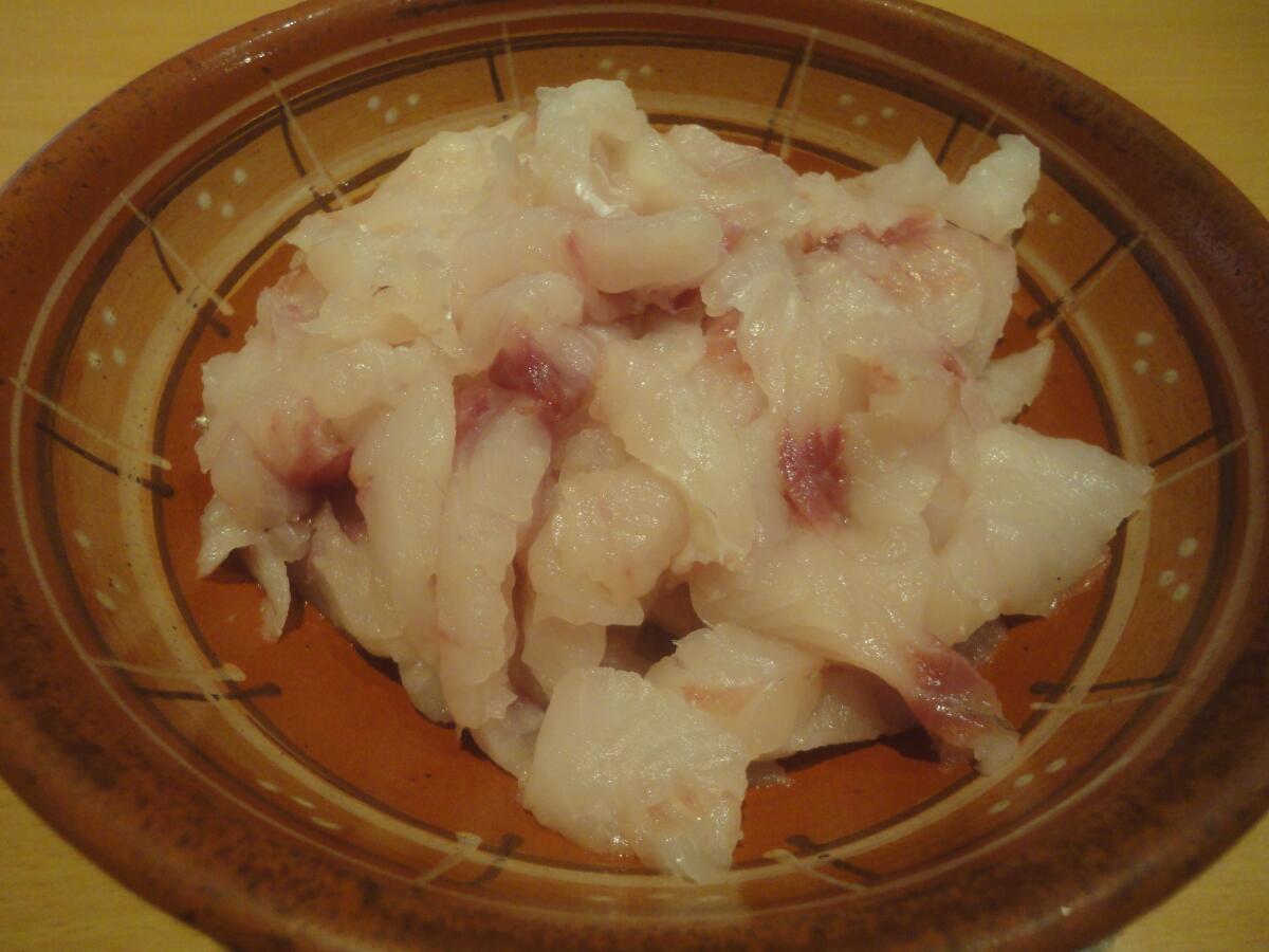 Распускаем рыбное филе на тонкие продолговатые ломтики