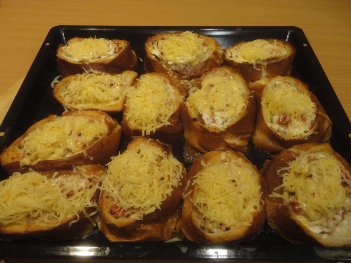 Сверху накрываем кокотницы с начинкой шапкой тертого твердого сыра