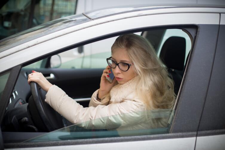Как управляют автомобилем женщины, мужчины и блондинки?