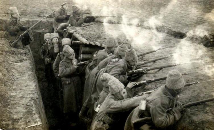 Солдаты Духовщинского 267-го пехотного полка в противогазах Зелинского — Кумманта, 1916 год