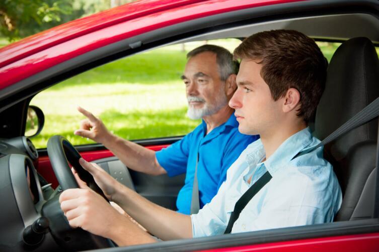 Научиться водить у частного инструктора, а затем сдать экзамен на права экстерном обойдётся дешевле