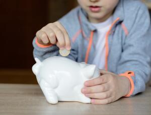 Карманные деньги – это одна и та же сумма денег, которую вы выдаёте своему маленькому человечку каждую неделю или каждый день.