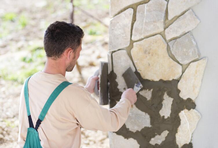 В чем преимущества отделки дома искусственным декоративным камнем?