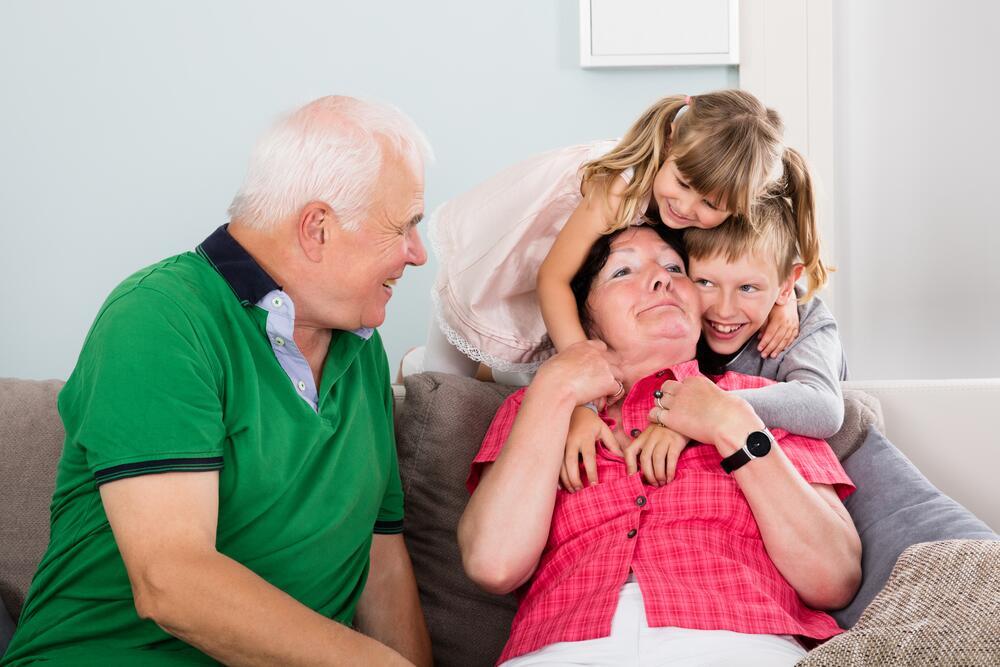 Внук ковыряется у бабушки