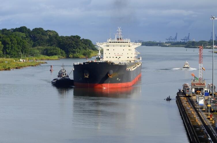 Танкер проходит Панамский канал