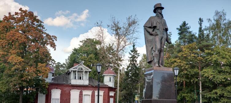 Памятник Всеволоду Андреевичу Всеволожскому, которого почему-то считают основателем города