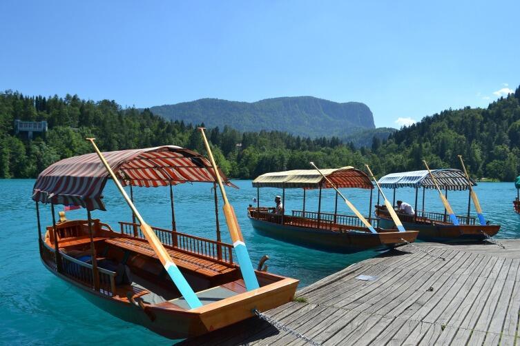 На остров можно добраться на традиционных деревянных лодках
