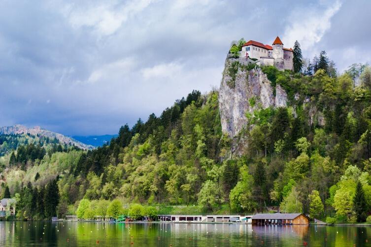 Над пропастью возле озера высится старинный замок