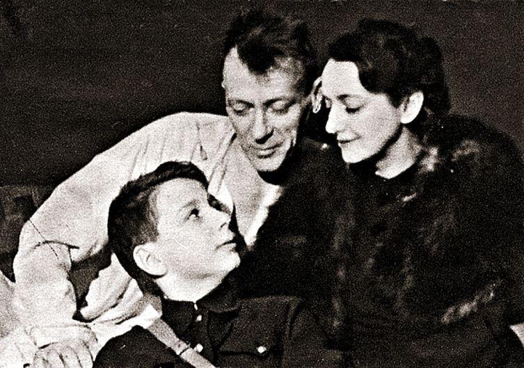 М. Булгаков с Е. С. Булгаковой и С. Шиловским, 1940 г.