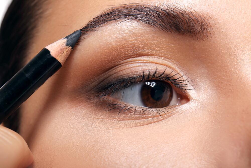 Макияж: как исправить форму бровей при помощи карандаша?
