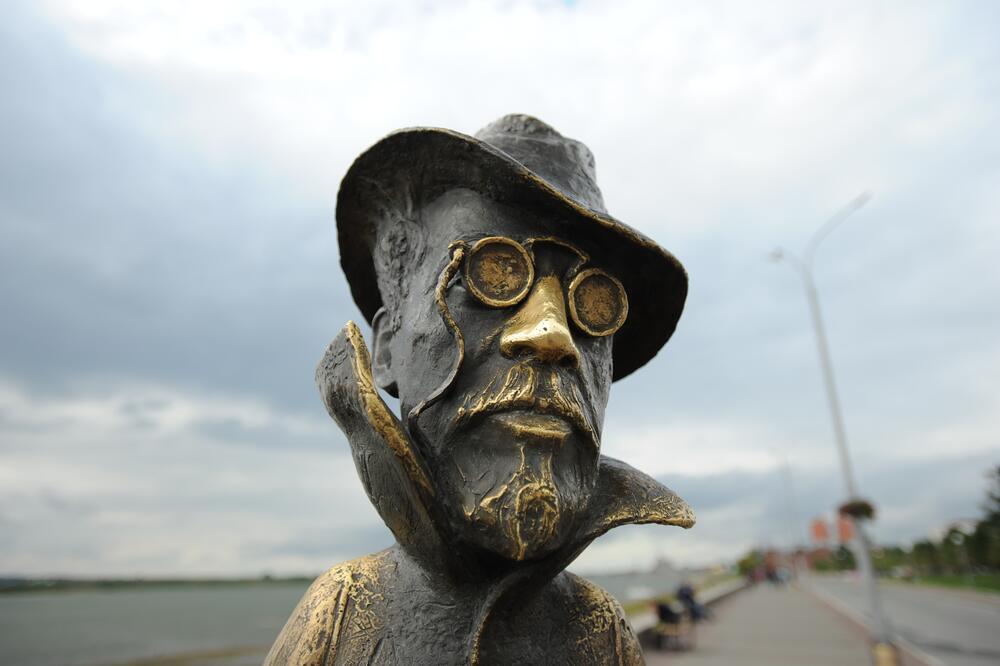 Памятник писателю А.П.Чехову на набережной в Томске