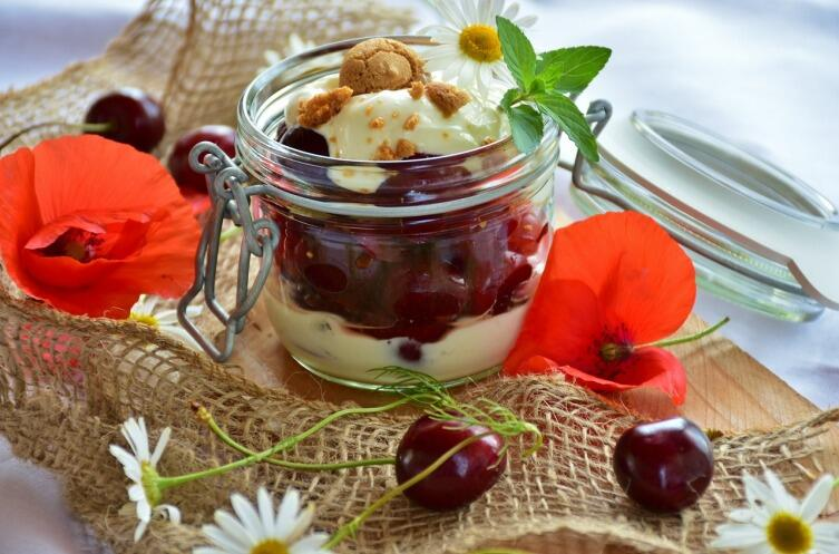 Натуральный йогурт с вишней