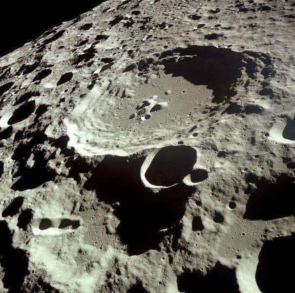 Кратер «Дедал», диаметр: 93 км, глубина: 3 км, фото НАСА