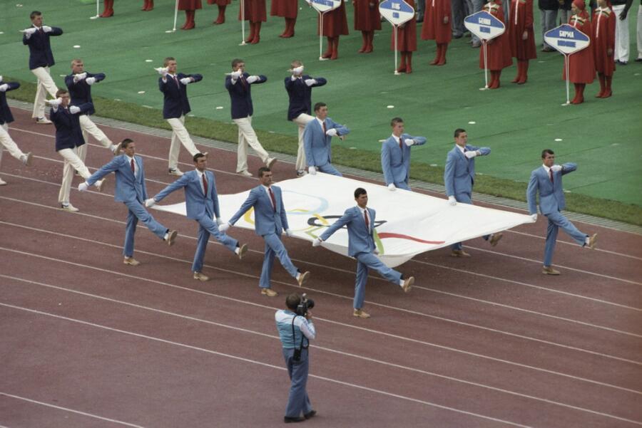 Вынос олимпийского флага на церемонии открытия, Москва, 1980г.