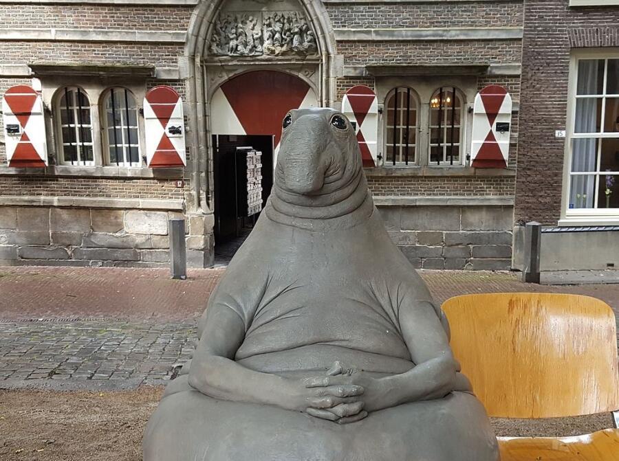 Скульптура Homunculus loxodontus, созданная голландской художницей Маргрит ван Бреворт, в рунете - «Ждун»